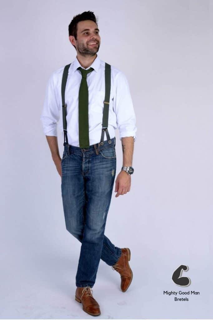 Army groene bretels met een groene gebreide stropdas