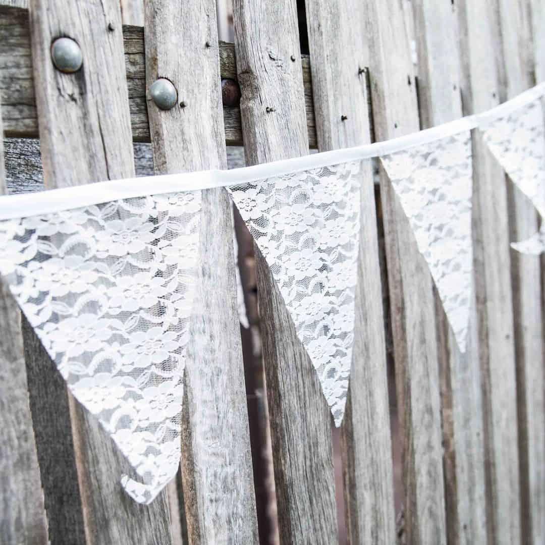Kanten vlaggetjes als idee voor je bruiloft