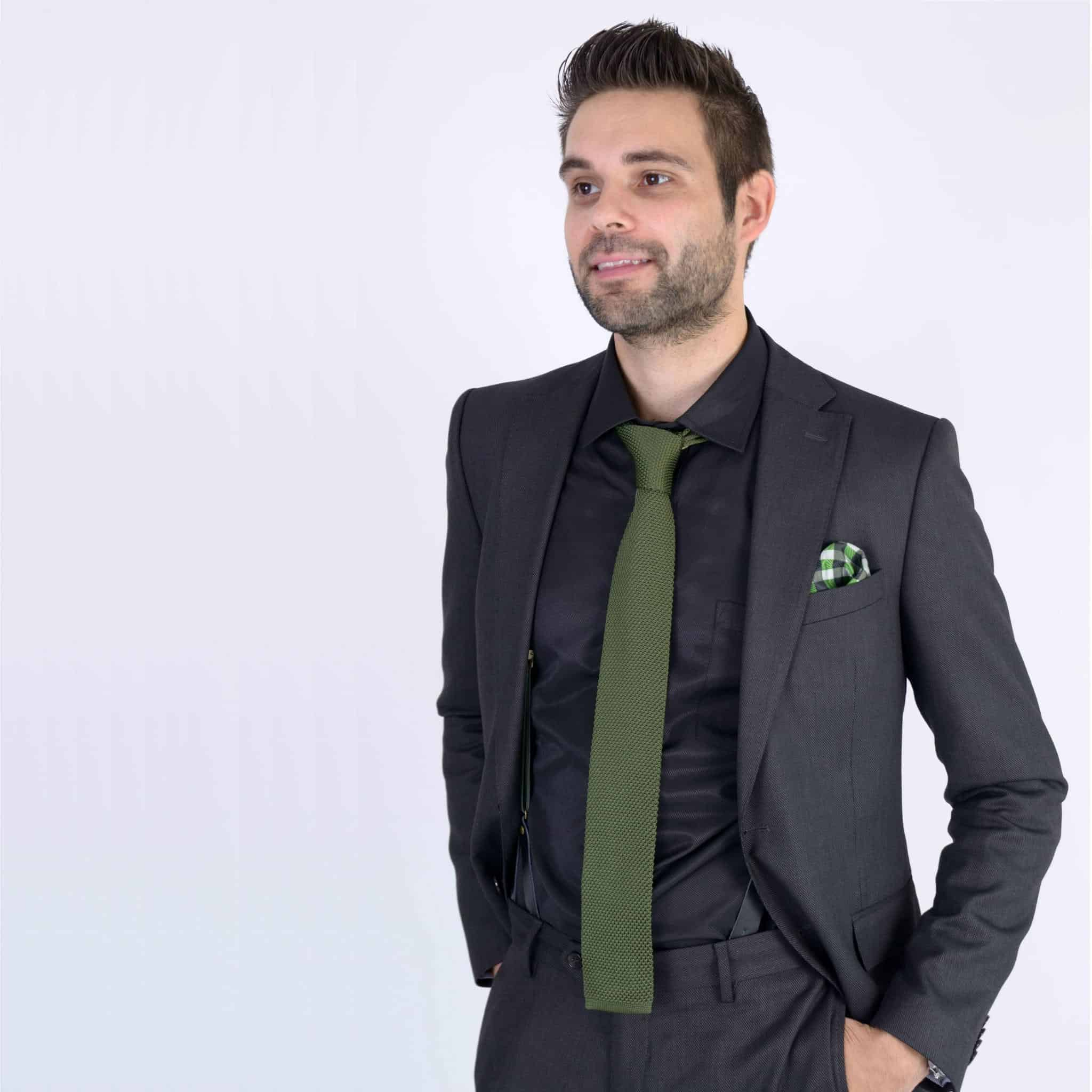 zwart-overhemd-groene-gebreide-stropdas