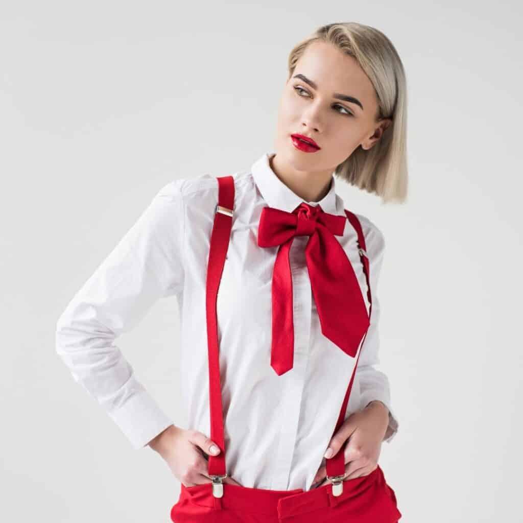 Dame-met-rode-bretels-en-strik